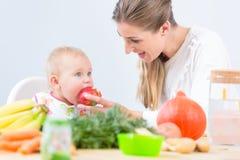 Porträt eines netten und gesunden Babys, das mit Neugier schaut Stockbilder