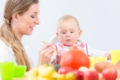 Porträt eines netten und gesunden Babys, das mit Neugier schaut Lizenzfreie Stockbilder