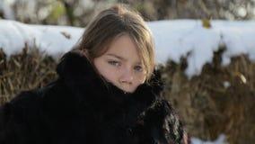 Porträt eines Nordjungenabschlusses oben mit einer Axt Jugendlich Junge im Wintermantel mit einem Beil stock video footage