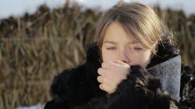 Porträt eines Nordjungenabschlusses oben mit einer Axt Jugendlich Junge im Wintermantel mit einem Beil stock footage