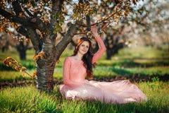 Porträt eines Obstgartens des jungen Mädchens im Frühjahr stockfotografie