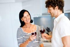 Porträt eines Paares, das ein Glas Rotwein isst Lizenzfreie Stockfotos
