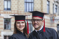 Porträt eines Paares im Graduierungstag Lizenzfreie Stockbilder