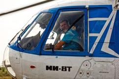 Porträt eines Piloten einer MI-8T Hubschraubernahaufnahme in einem Cockpitfenster stockbild