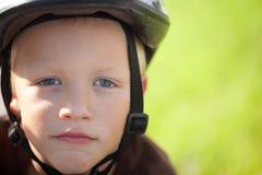 Porträt eines positiven kleinen Jungen Lizenzfreie Stockfotos