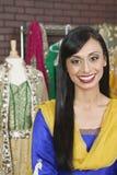 Porträt eines recht indischen weiblichen Damenschneiderinlächelns lizenzfreie stockfotos