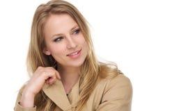 Porträt eines recht jungen weiblichen Modells im Wintermantel Stockfoto