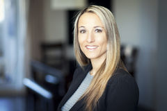 Porträt eines reifen blonden Frauenlächelns Lizenzfreie Stockfotos