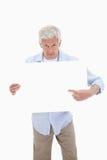 Porträt eines reifen Mannes, der auf ein leeres Brett zeigt Stockbilder