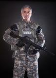 Porträt eines reifen Soldaten Holding Gun Stockfotografie