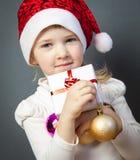Porträt eines reizend kleinen Mädchens in Sankt Hut lizenzfreie stockfotografie