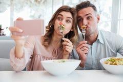 Porträt eines reizenden jungen Paares, das ein selfie nimmt Lizenzfreie Stockbilder