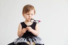 Porträt eines reizenden kleinen Mädchens mit Gläsern des lustigen Papiers stockfotos
