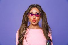 Porträt eines reizenden Mädchens im Sweatshirt in der Sonnenbrille lizenzfreies stockfoto