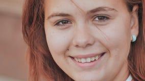 Porträt eines rothaarigen lächelnden Mädchens mit 16 Jährigen stock footage