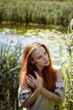 Porträt eines rothaarigen Mädchens mit dem langen Haar Haar unten Künstlerisches Portrait Naturkind Nähe zur Natürlichkeit stockfoto