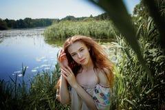 Porträt eines rothaarigen Mädchens mit dem langen Haar Haar unten Künstlerisches Portrait Naturkind Nähe zur Natürlichkeit stockfotos