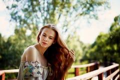 Porträt eines rothaarigen Mädchens mit dem langen Haar Haar unten Künstlerisches Portrait Naturkind Nähe zur Natürlichkeit stockfotografie