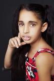 Porträt eines schönen afrikanischen kleinen Mädchens auf schwarzem Hintergrund Lizenzfreies Stockbild