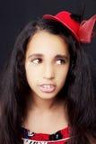Porträt eines schönen afrikanischen kleinen Mädchens auf schwarzem Hintergrund Lizenzfreies Stockfoto