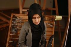 Porträt eines schönen arabischen Mädchens bei der Schleieraufstellung Lizenzfreie Stockfotos
