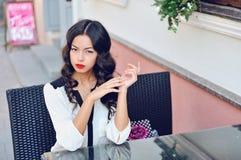 Porträt eines schönen asiatischen Mädchens im Freien Stockbild