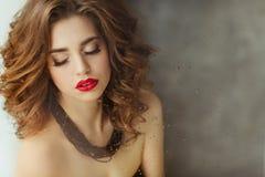Porträt eines schönen bezaubernden Brunette mit dem gelockten Haar und b stockfotos