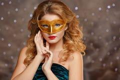 Porträt eines schönen bezaubernden Mädchens mit den roten Lippen in goldenem m stockfotografie