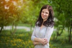Porträt eines schönen Brunette in einem Park im Frühjahr Stockfotos