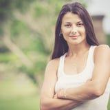 Porträt eines schönen Brunettemädchens im Freien Lizenzfreie Stockbilder
