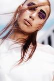 Porträt eines schönen Brunettemädchens mit beiliegenden Augen auf dem Himmelhintergrund, Schönheitskonzept Lizenzfreies Stockfoto