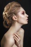 Porträt eines schönen Brunettemädchens mit einem Mohikaner, Felsenart lizenzfreies stockbild