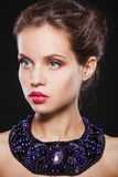 Porträt eines schönen Brunettemädchens mit Luxus lizenzfreie stockfotos