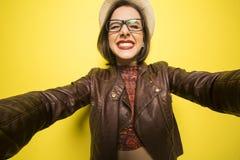 Porträt eines schönen erfolgreichen lächelnden Mädchens, das an selfie tut stockfotografie
