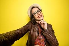 Porträt eines schönen erfolgreichen lächelnden Mädchens, das an selfie tut stockbild