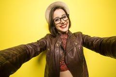 Porträt eines schönen erfolgreichen lächelnden Mädchens, das an selfie tut lizenzfreie stockfotos
