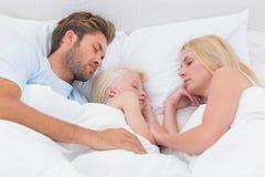 Porträt eines schönen Familienschlafens Stockfotos
