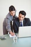 Porträt eines schönen Geschäftsteams, das mit einem Laptop arbeitet Stockbilder