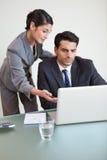 Porträt eines schönen Geschäftsteams, das mit einem Notizbuch arbeitet Lizenzfreies Stockfoto