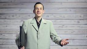 Porträt eines schönen glücklichen lächelnden Mannes mit einem Aktenkoffer in seinem Handlächeln stock footage