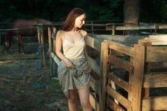 Porträt eines schönen jungen Bauers stockfotografie