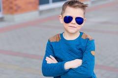 Porträt eines schönen Jungen draußen Stockbild