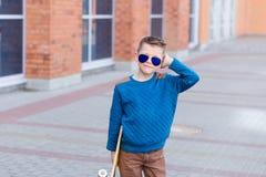 Porträt eines schönen Jungen draußen Stockfotografie