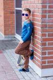 Porträt eines schönen Jungen draußen Stockfotos