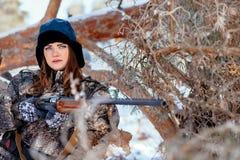 Porträt eines schönen jungen Mädchens bei der Jagd in einem Winterstift stockbild