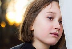 Porträt eines schönen jungen Mädchens, das den Abstand untersucht Lizenzfreie Stockbilder