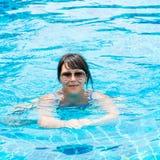 Porträt eines schönen jungen Mädchens in der Sonnenbrille, die in schwimmt Stockbilder