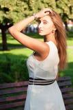 Porträt eines schönen jungen Mädchens draußen Lizenzfreie Stockbilder