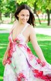 Porträt eines schönen jungen Mädchens draußen Stockfoto