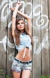 Porträt eines schönen jungen Mädchens draußen Stockbilder